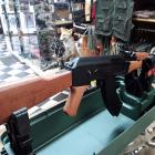 AK-47 AEG CYBERGUN 1,1 JOULES METAL ET ABS IMITATION BOIS , CHARGEUR GRANDE CAPACITÉ