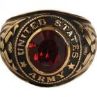 BAGUE / CHEVALIERE UNITED STATES ARMY ACIER INOXYDABLE COULEUR OR AVEC PIERRE ROUGE STYLE RUBIS 22