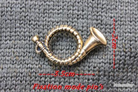 Insigne en métal représentant un cor de chasse finition dorure