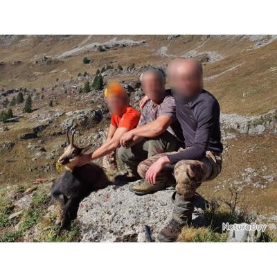 chamois dans les Alpes avec un monde de chasse