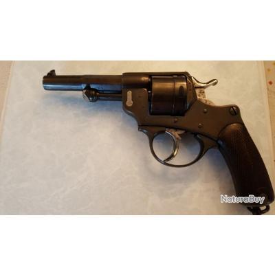 revolver  model 1873 date 1875  plus sont étui avec une réserve de 6 cartouches