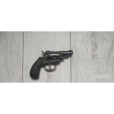 Revolver calibre 320 bulldog 5 coups avec pontet et cran de sûreté.
